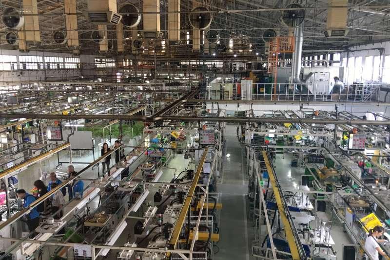 全拓工業乾淨整潔的工作場去顛覆傳產工廠的印象,也提供員工舒適的工作空間。(圖/記者王秀禾攝)