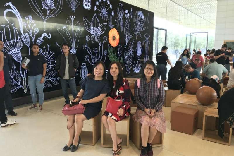 和高中同學Helena(左)、Josephine(中)在加州Cupertino蘋果總部合照。(圖/作者提供)