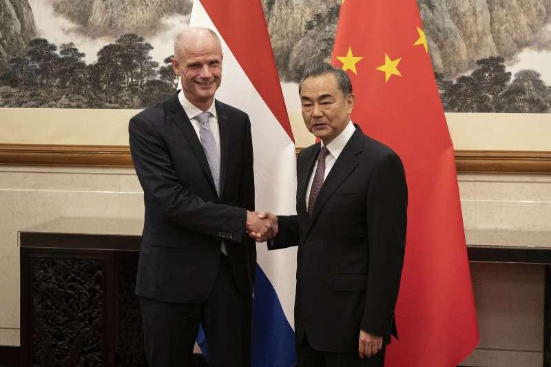 中國外長王毅與荷蘭外長布洛克(AP)