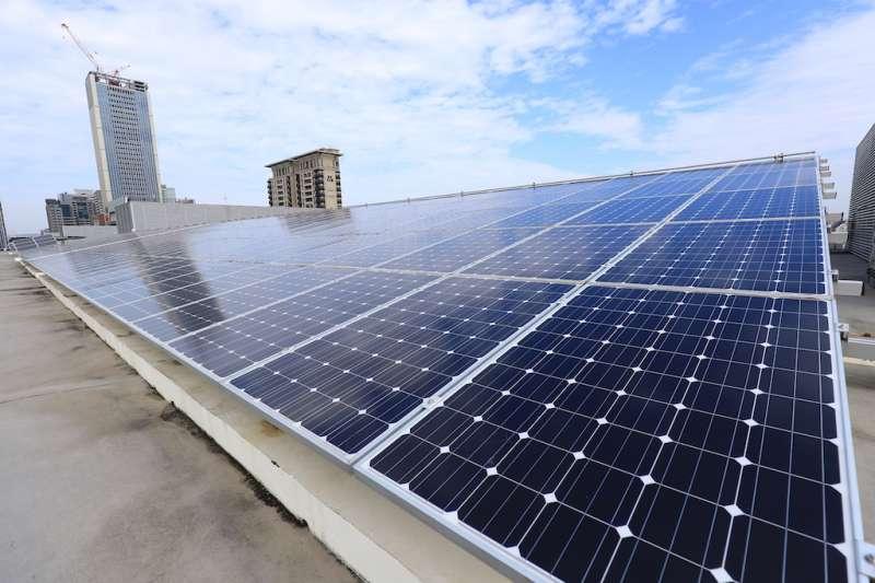 圖為台中市政府台灣大道市政中心屋頂太陽能發電裝置。(圖/台中市政府提供)