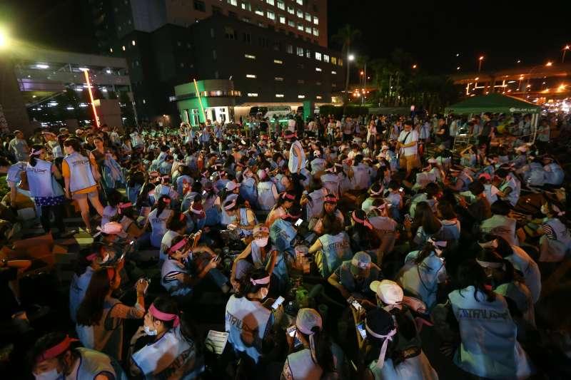 20190620-長榮南崁航運大樓前長榮空服員罷工,至晚間人數逐漸增加。(顏麟宇攝)