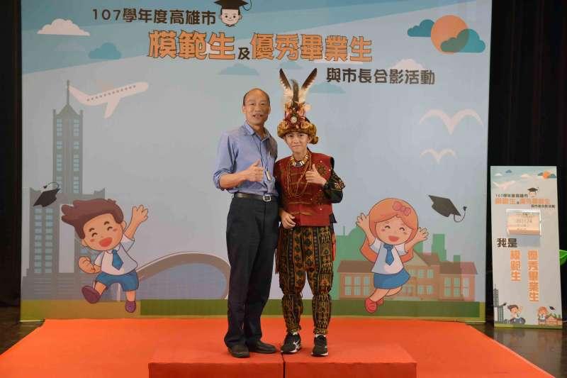 高雄市長韓國瑜昨(19)日出席高雄市模範生及畢業生合影活動,與模範生合照。(高雄市府提供)