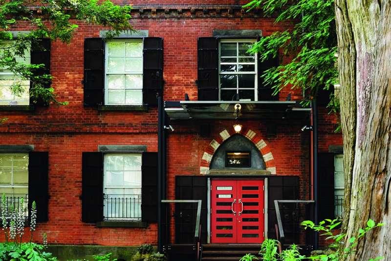 建造於東京藝術大學音樂系裡的紅磚1號館,最初是今天國立科學博物館前身的教育博物館的書庫。(下村忍攝,榻榻米出版提供)