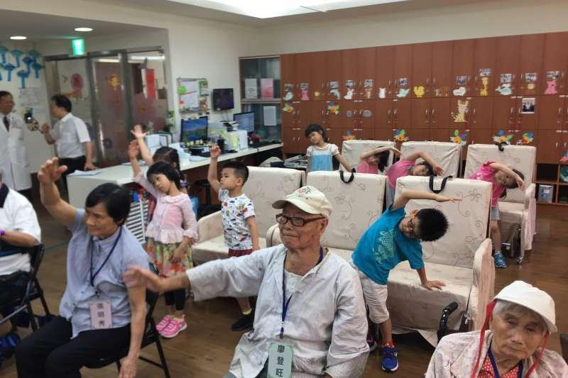台中榮總醫院的日照中心老人跟榮中幼兒園的孩童們一起上早操課。(圖/台中榮總醫院提供)