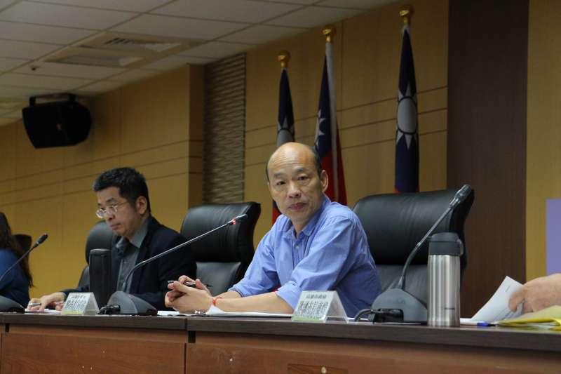 針對登革熱疫情,高雄市長韓國瑜(右)提議引進生物防治工法,在附近疫情嚴重的金獅湖中,養魚吃病媒蚊幼蟲孑孓。(高雄市政府提供)