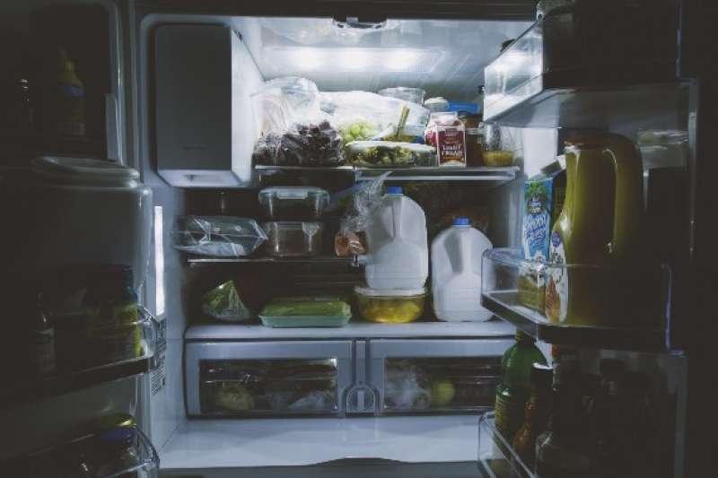 永遠不要把食物放在公共冰箱裡!不管是宿舍還是辦公室的冰箱,最常發生的事情就是昨天冰進去的食物,今天拿出來卻莫名其妙少了一口,甚至是整個憑空消失。(圖/網路溫度計提供)
