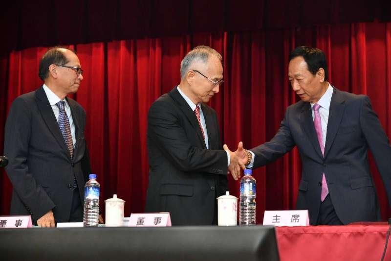 鴻海集團董事長郭台銘出席鴻海股東會,正式將董事長的職務交棒。(鴻海提供)