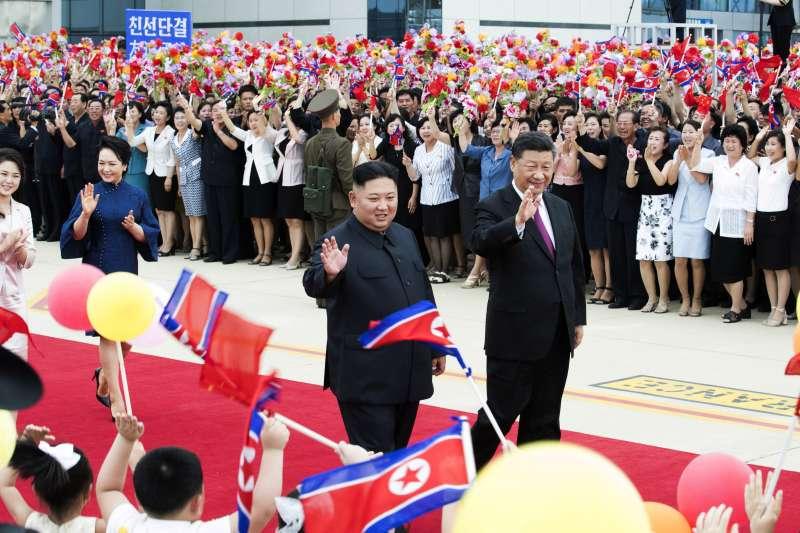 中國國家主席習近平偕夫人彭麗媛6月20、21日訪問北韓,與北韓領導人金正恩及妻子李雪主會面。(AP)