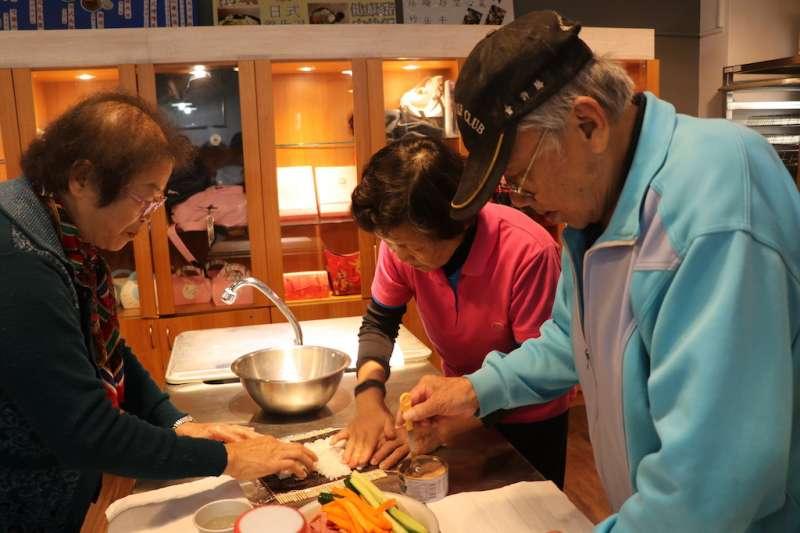 修平科大的春容老師帶領老寶貝們親手製作「爽文手捲」。(圖/修平科技大學提供)