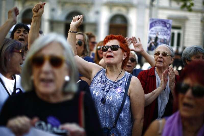 西班牙最高法院21日作出判決,加重2016年奔牛節「狼群案」5名性侵犯的罪行,認定該5名男子「輪姦」女方,罪刑由原本的9年加判為15年。(AP)