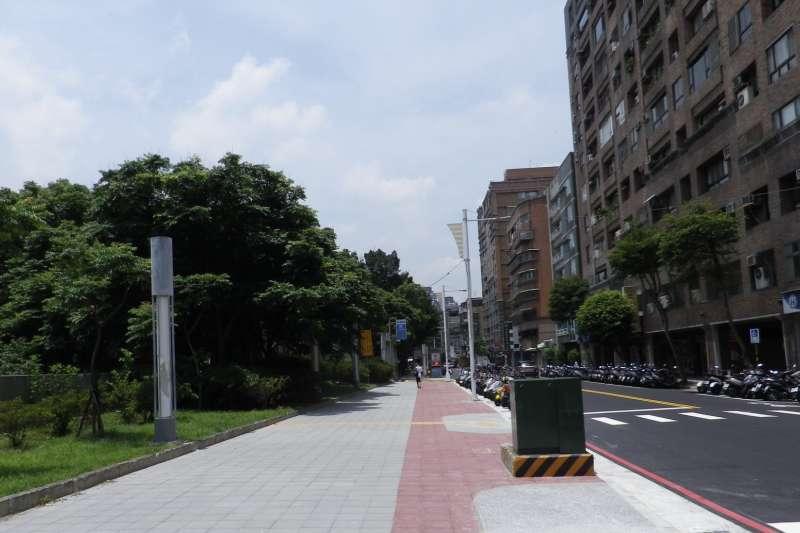 新北市工務局最近完成四號公園周邊人行道高低差改善,讓民眾通行空間更順暢安全。(圖/新北市工務局提供)