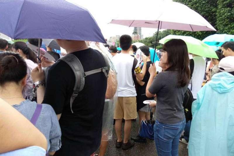 綠委呂孫綾(右二)一個人撐著傘,站在凱道舞台下,默默聲援反紅媒活動。(取自臉書「與綾同行 守護台灣 鐵粉粉絲團」)