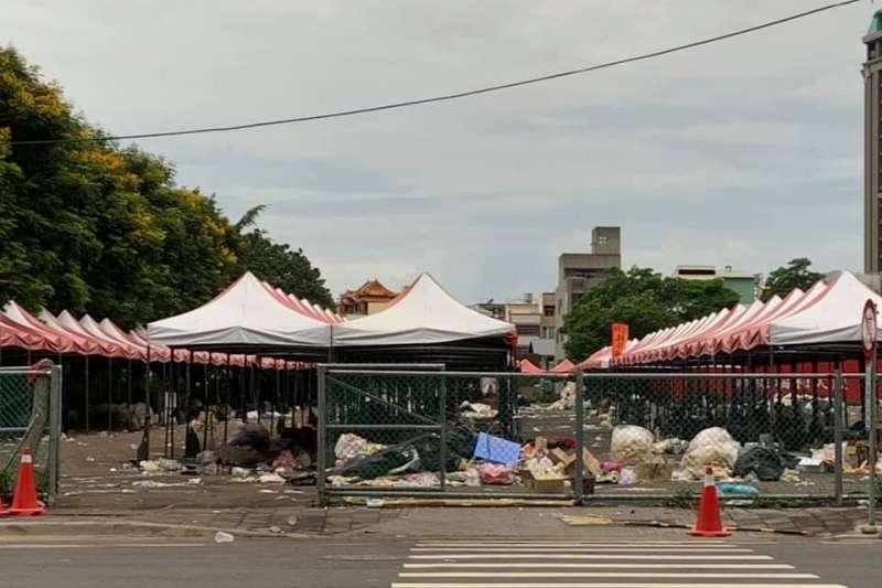 高雄市長韓國瑜造勢大會22日結束後,隔日一早被民眾發現造勢現場附近還留有大批垃圾。(取自大台中市政監督聯盟臉書)