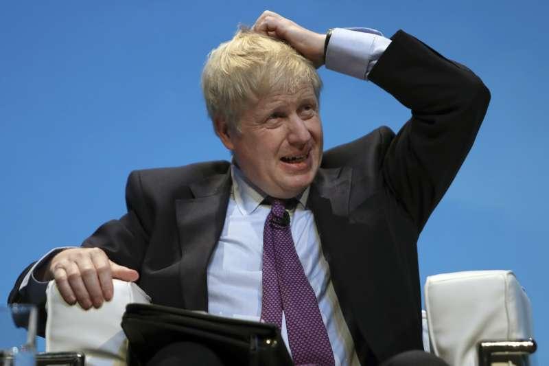 英國首相熱門人選強森與女友激烈口角,登上英國各大媒體版面。(AP)