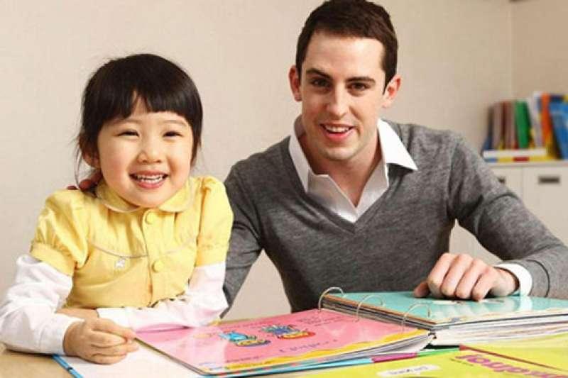 一名外籍教師正在教導中國小孩。(Public Domain)