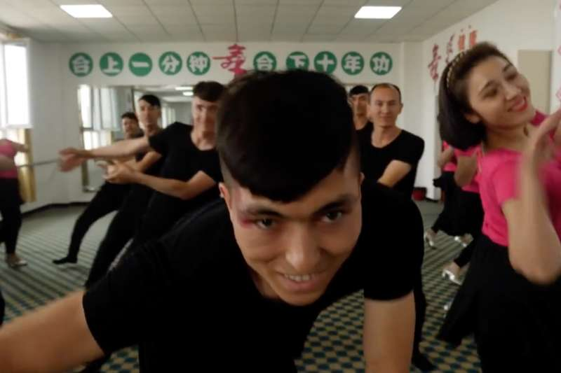 中國稱,在「再教育營」裏的人們,現在已經走回「正常的社會狀態」。(BBC中文網)