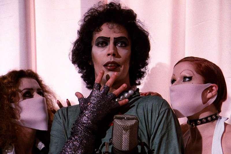 《洛基恐怖秀》男主角最讓粉絲喜愛的,是他從不改變的「女裝打扮」。就好比金剛芭比,壯碩的他喜歡穿著絲襪,女版皮衣等等。(圖/取自IMDb)