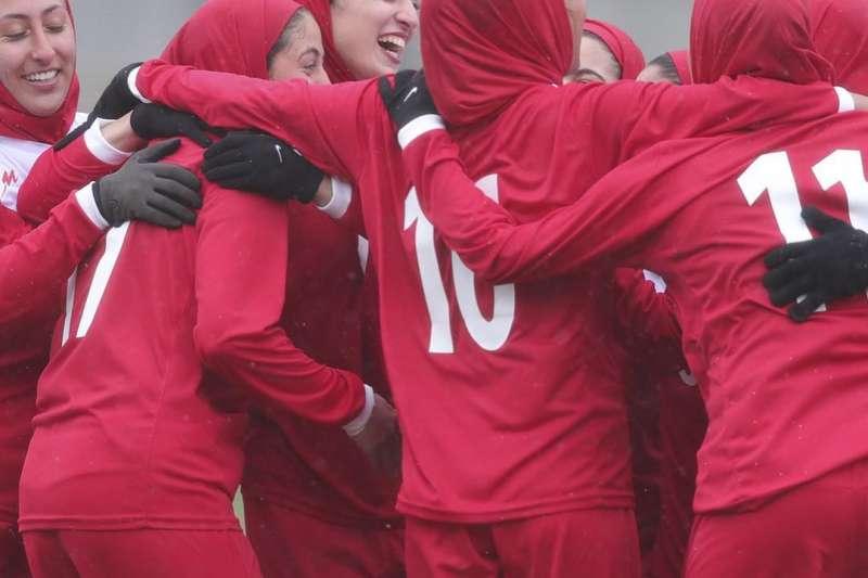伊朗女性不被允許進場看球,女足發展同樣限制重重。