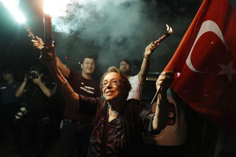 2019年6月23日,土耳其伊斯坦堡市長重選,反對黨候選人伊瑪莫魯再度當選,支持者歡欣鼓舞(AP)