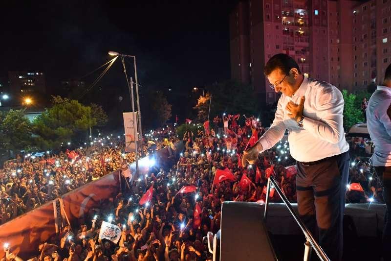 2019年6月23日,土耳其伊斯坦堡市長重選,反對黨候選人伊瑪莫魯再度當選,接受支持者祝賀(AP)