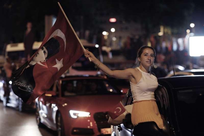 2019年6月23日,土耳其伊斯坦堡市長重選,反對黨候選人伊瑪莫魯再度當選,支持者上街慶功(AP)