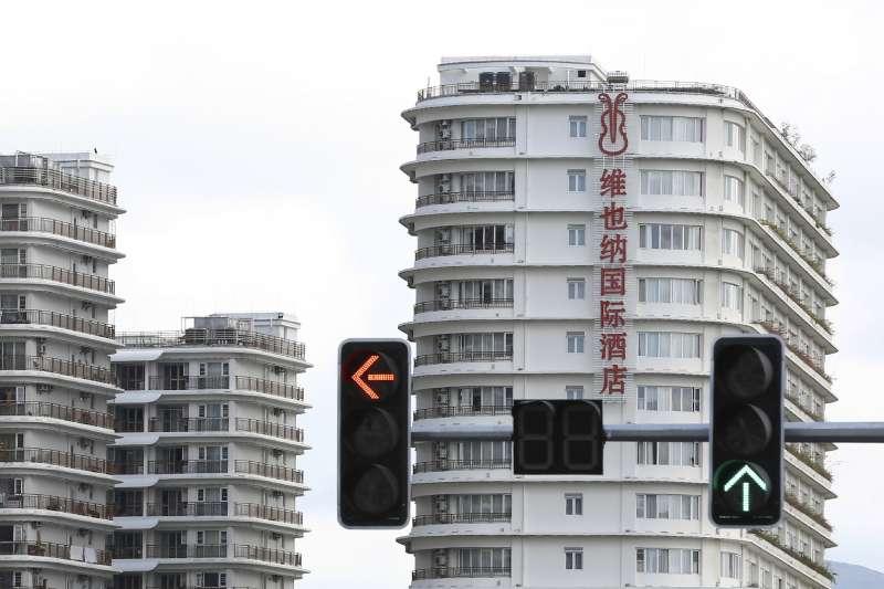 位於中國海南省三亞的維也納國際酒店,被當局判定命名太過「洋氣」必須整治。(AP)