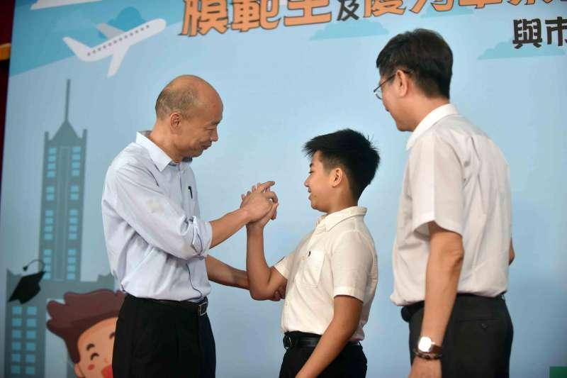 高雄市長韓國瑜(左一)出席市長獎頒獎典禮插曲不斷,他25日受訪表示,希望教育環境不要被過度政治化干擾。(資料照,高雄市政府提供)