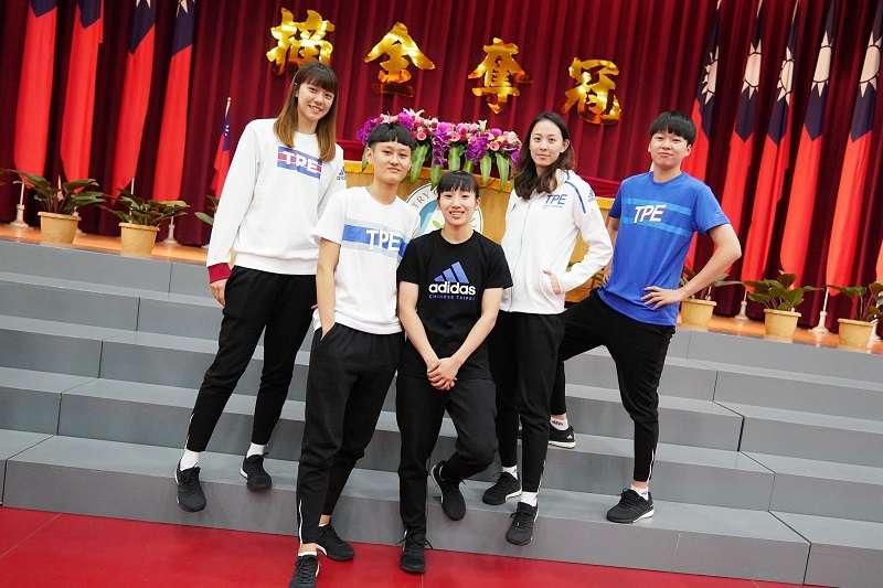 出征拿坡里世大運的女籃隊員展示團服。 (圖/大專體總提供)