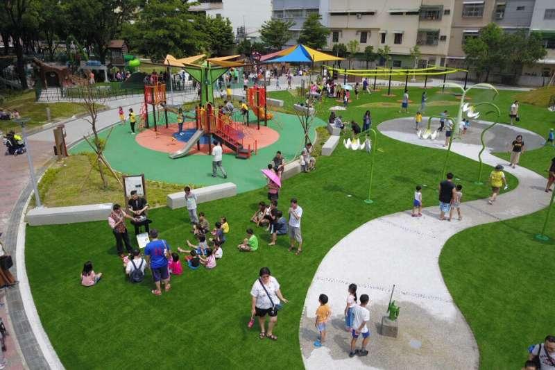 屏東縣第三座大型共融遊戲公園「和平公園友善兒童、身障與高齡者共融式遊戲場」開放試營運。(圖/屏東縣政府提供)