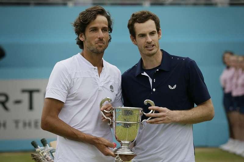 墨瑞(右)與搭檔洛佩茲在皇后草地賽男雙奪冠。 (美聯社)