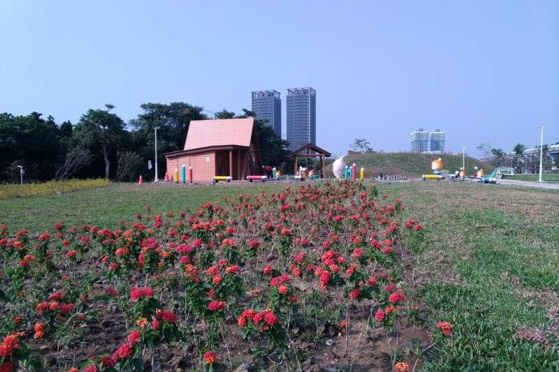 童趣公園與四季花草(圖/高雄市水利局提供)
