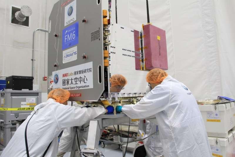 20190624 upload-福衛七號預計6月25日發射,工作人員正在安裝衛星下方與火箭相接的分離系統。(國家太空中心提供)