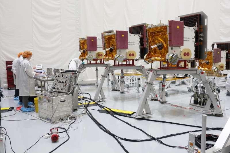 福衛七號預計6月25日發射,工作人員正在進行準備作業,要一次填充3枚衛星的推進次系統燃料。(國家太空中心提供)