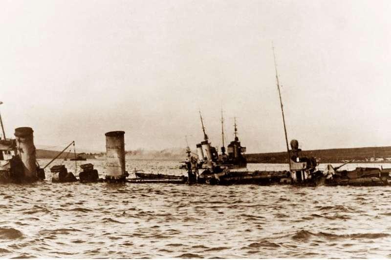 1919年6月21日,德國海軍在蘇格蘭奧克尼群島的法拉島附近自沉戰艦。(BBC中文網)