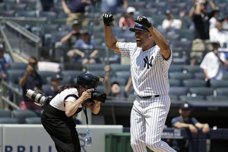 生涯3打數無安打的李維拉,在「老球星日」敲出場內全壘打。 (美聯社)