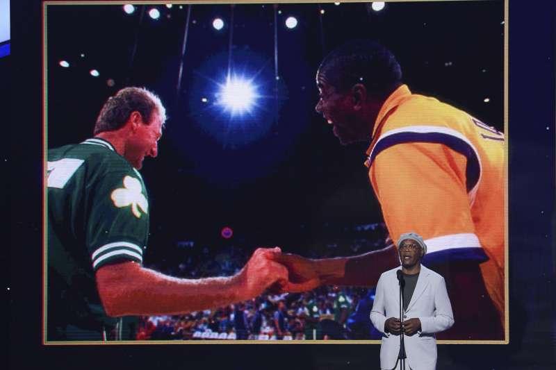 山繆傑克森擔任頒獎人並稱讚道:「在他們之後,籃球成了一種宗教」。(美聯社)