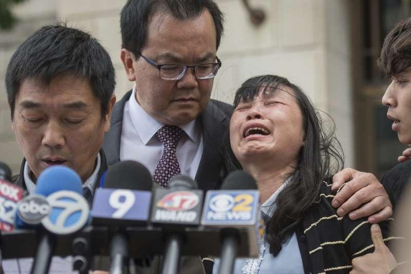 陪審團24日裁決嫌犯克里斯汀森綁架殺害罪與虛假陳述罪成立,章瑩穎的母親葉麗鳳激動哭泣(右二)