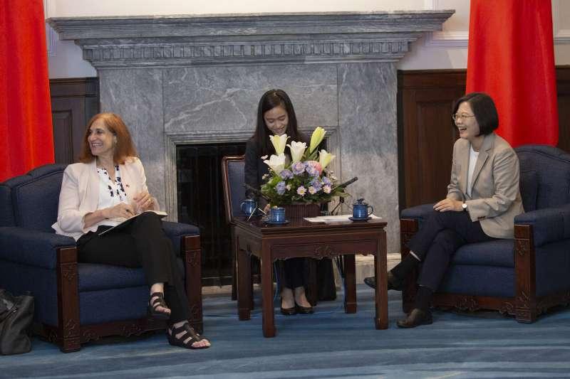 20190625-總統蔡英文(右)25日接見「戰略暨國際研究中心(CSIS)『臺美政策計畫』(TUPP)訪問團」。(取自總統府@Flickr)