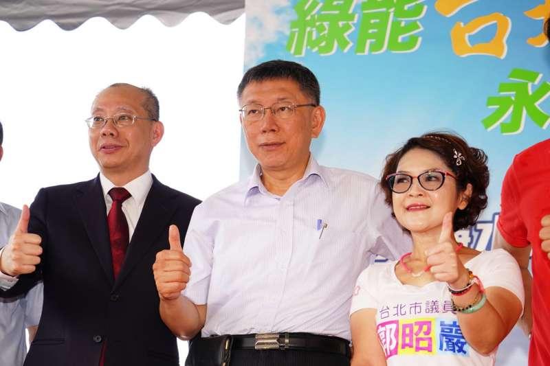 台北市長柯文哲(中)25日出席活動,表示現在台灣最大問題是新聞跟廣告分不清楚。(資料照,台北市政府提供)