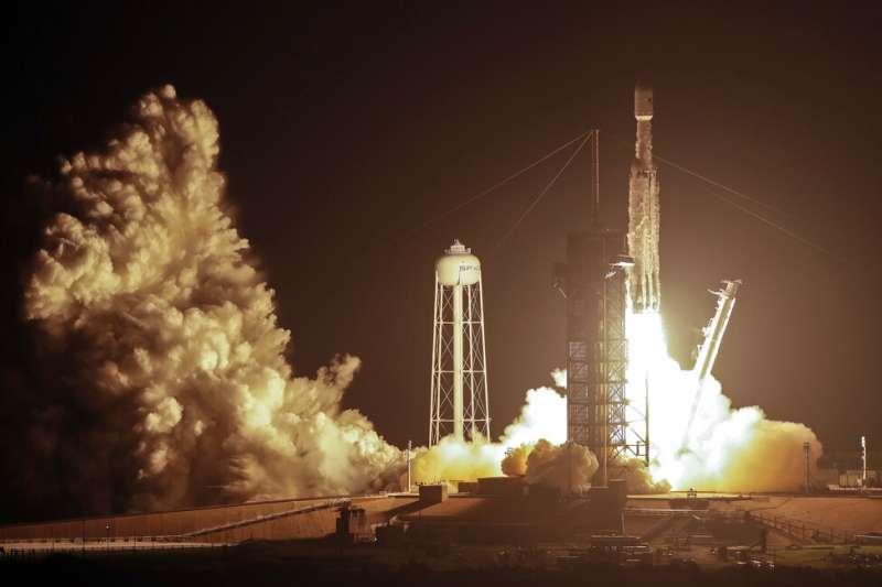 2019年6月25日下午2時30分,美國SpaceX公司「重型獵鷹」火箭發射,台灣「福衛七號」衛星隨之升空。(AP)