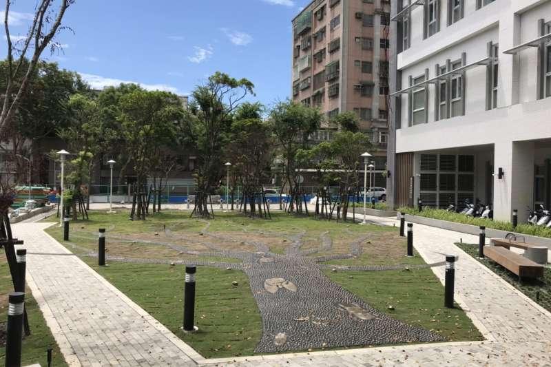 即將完工啟用的樹林藝文綜合行政大樓,建築物與樹木共存融為一體,將成為樹林地區新地標。(圖/新北市工務局提供)