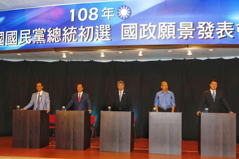 國民黨25日在高雄市舉行首場政見發表會,左起為參選人朱立倫、郭台銘、張亞中、韓國瑜和周錫瑋站在發言台。(資料照,新新聞郭晉瑋攝)