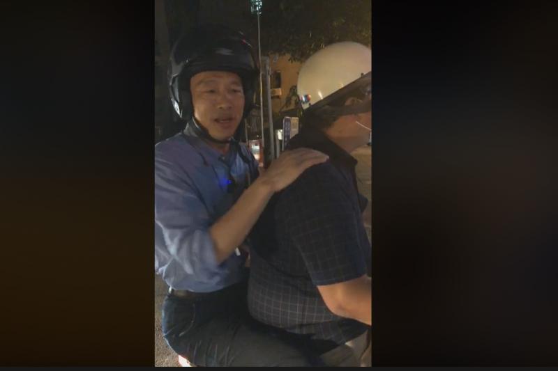 高雄市長韓國瑜近日一連串的直播行為引起討論。圖為韓國瑜在臉書直播巡視路平與酒駕臨檢過程。(截取自韓國瑜臉書)