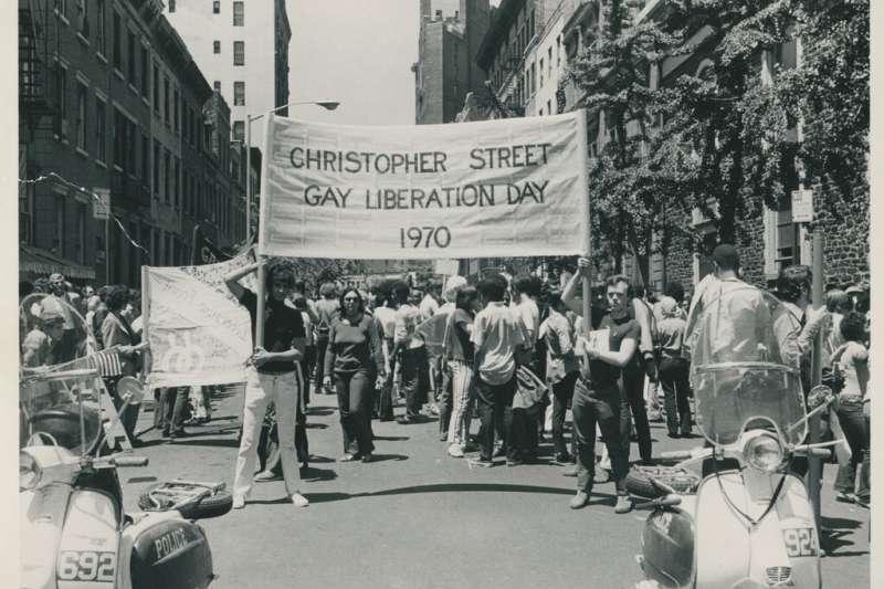 石牆酒吧事件50周年,197年6月美國紐約同志驕傲遊行。(AP)