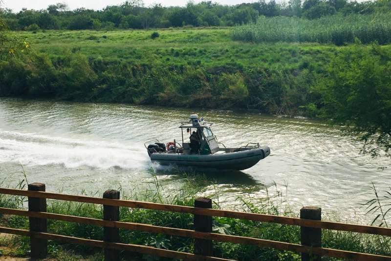 一對來自薩爾瓦多的移民父女,24日俯臥陳屍於美墨邊界河岸邊。(AP)