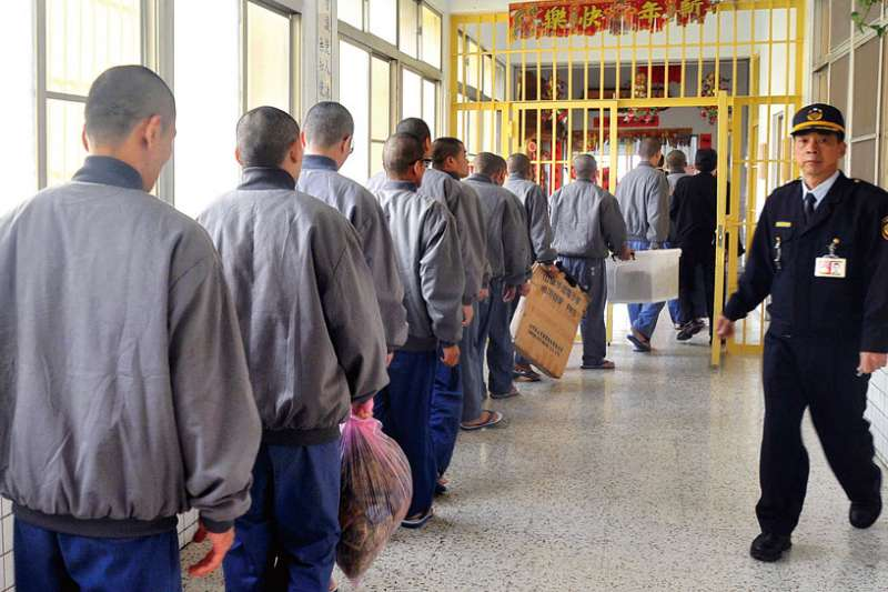 近年各監所實際收容人數都超過6萬人,台灣矯正機構的戒護、教化、醫療、社工與受刑人間,始終存在懸殊的比例。示意圖,非關新聞個案。(資料照,林瑞慶攝)