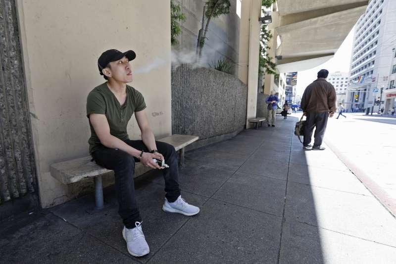 美國青少年使用菸品的比例在2018年增加36%,電子煙普及可能是重要因素。(美聯社)