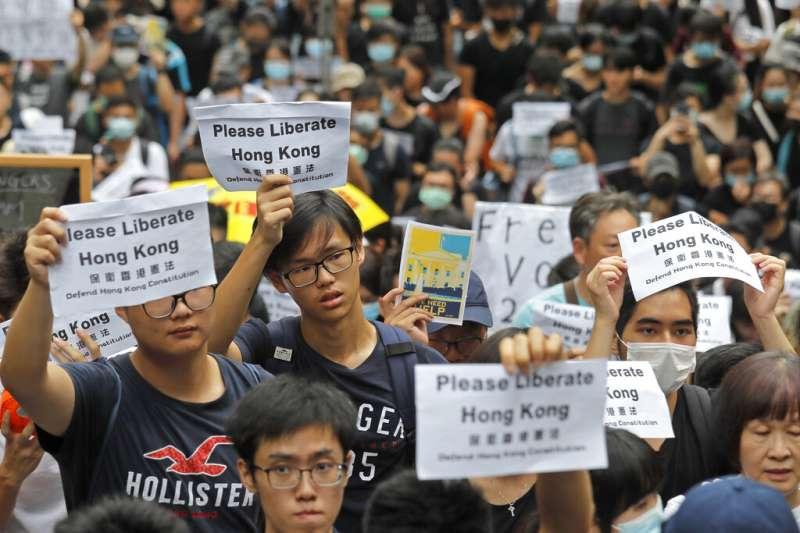 作者表示,香港與臺灣的年輕一代,正在形成價值共同體,遙相聲援、共同抗爭,捍衛城邦國家的自由價值。(資料照,美聯社)