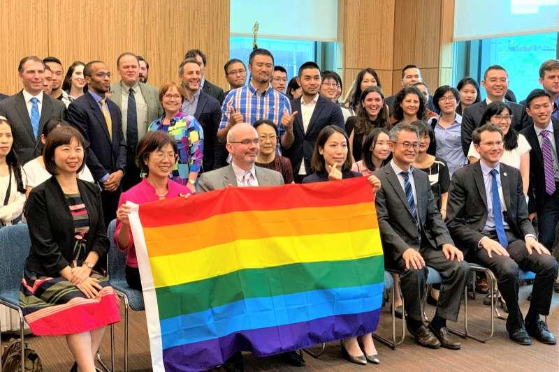美國在台協會(AIT)慶祝同志驕傲月,AIT副處長谷立言(中)與立法委員尤美女(左)和余宛如(右)(簡恒宇攝)