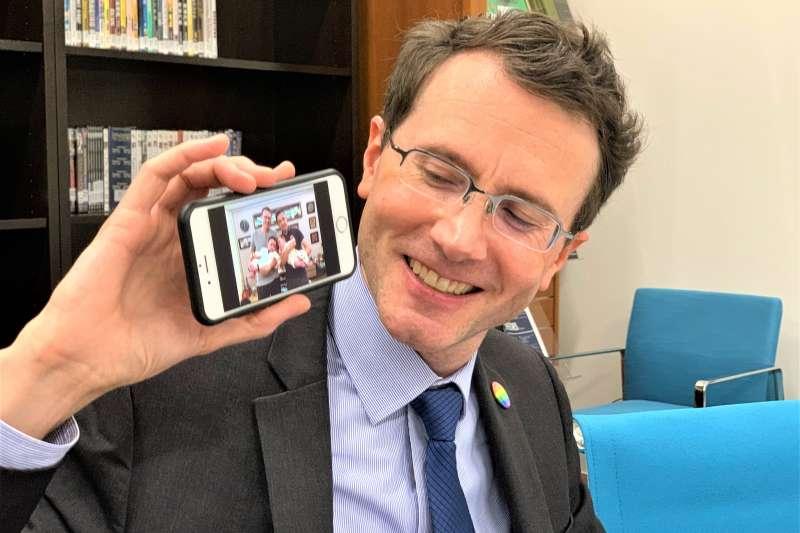 美國在台協會(AIT)慶祝同志驕傲月,AIT經濟組副組長羅峻平開心分享與同性伴侶擁有的雙胞胎(簡恒宇攝)